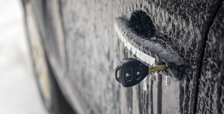 Замерз замок в машине. Что делать и как разморозить?